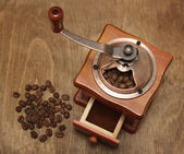 Vintage coffee grinder and beans — Foto Stock