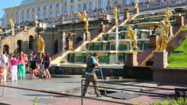 Closing ceremony of the fountains in the park Peterhof — Vídeo de stock