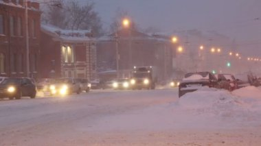 Cars on a city street in a blizzard at dawn — Stock Video