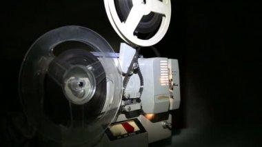 古いプロジェクター スクリーンで映画を上映 — ストックビデオ