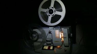 Alten Projektor Film auf dem Bildschirm anzeigen — Stockvideo