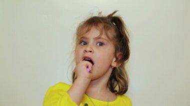 Vrij klein meisje haar tanden poetsen — Stockvideo