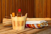 Toiletries and towels on shelf in sauna — Foto de Stock