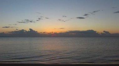 Schoonheid landschap met zonsopgang boven zee — Stockvideo