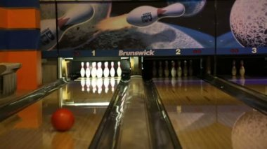 Playing bowling in a bowling saloon — Stock Video