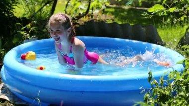 庭で膨脹可能なプールの女の子 — ストックビデオ