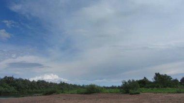 Krajobraz z deszczowych chmur nad rzeką — Wideo stockowe