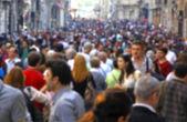 Multitud borrosa de irreconocible en la calle — Foto de Stock