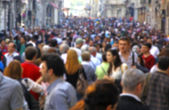 Niewyraźne tłum nie do poznania, na ulicy — Zdjęcie stockowe