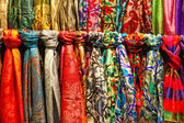 Colourful silk scarfs hanging at a market stall in Istanbul — Stockfoto