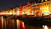 łodzie w przystani nyhavn, w nocy, kopenhaga, dania — Zdjęcie stockowe