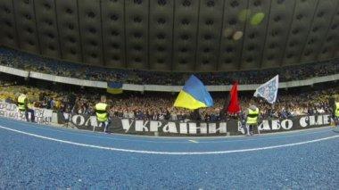 Fc dynamo Kiev ultra anhängare visar sitt stöd — Stockvideo
