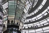 Cúpula de cristal en la parte superior en el edificio del reichstag (bundestag — Foto de Stock