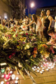 People place flowers at Dutch embassy in Kyiv — Stock Photo