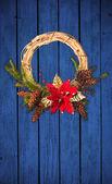 Guirnalda de navidad en la puerta de madera — Foto de Stock