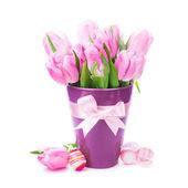 Los tulipanes y los huevos aislados — Foto de Stock