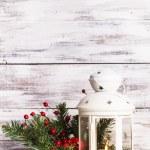 Рождественский фонарь с РПИ и ягод — Стоковое фото