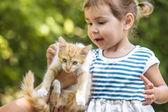 Mädchen spielen mit Kätzchen — Stockfoto