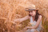 Woman in the wheat field — Stock Photo