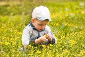 Chłopiec gra z kwiatami — Zdjęcie stockowe