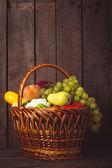 蔬菜和水果的篮子 — 图库照片