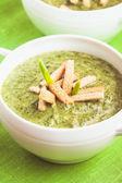 緑色のクリーム スープ — ストック写真