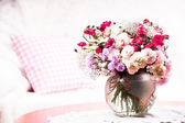 Flower bouquet on the table — Stockfoto