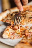 Comer pizza — Foto Stock