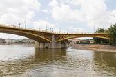 Malowniczy widok na most margit niedawno odnowiona w budapeszcie. — Zdjęcie stockowe