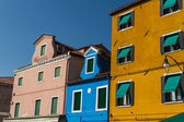 řada barevných domků v burano ulice, itálie. — Stock fotografie