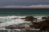 As ondas lutar sobre desertaram rochoso Costa do Oceano Atlântico, portugal — Fotografia Stock