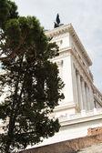 конный памятник виктору эммануилу ii возле витториано в день — Стоковое фото