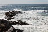 Vågorna kraschar över portugisiska kusten — Stockfoto