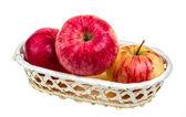 Manzanas rojas frescas en el plato aislado sobre fondo blanco — Foto de Stock