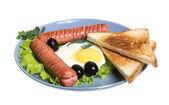 Frukost med korv, toast, ägg — Stockfoto