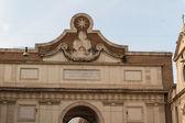 Roma, italia. puerta de ciudad famosa porta del popolo. — Foto de Stock