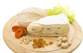Un pezzo di formaggio brie — Foto Stock