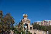 Barcelona ciudadela park lake fontein met gouden quadriga van aurora — Stockfoto