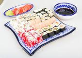 Sushi set - verschillende soorten maki sushi en stukken nigiri sushi — Stockfoto