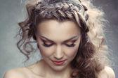 Une jolie femme aux cheveux bouclés — Photo