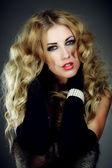 Retrato de uma jovem bonita com maquiagem brilhante — Foto Stock