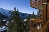 Het uitzicht vanaf het balkon van het hotel in het skigebied. — Stockfoto