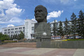 Unusual statue of Lenin - a giant head on a pedestal. — Stock Photo