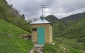 Kaplica w górach. Kaukaz, Federacja Rosyjska. — Zdjęcie stockowe