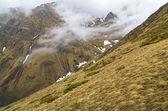 Nubes bajas en las montañas. — Foto de Stock
