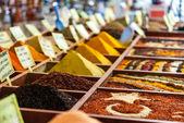 Closeup de especiarias no mercado da venda — Foto Stock