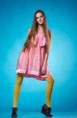 Jovem adolescente em um vestido rosa posando — Foto Stock