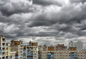 Dramatic cumulonimbus stormy clouds over cityscape — Stock Photo