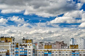 Dramatic cumulonimbus clouds on blue sky over cityscape — Stock Photo