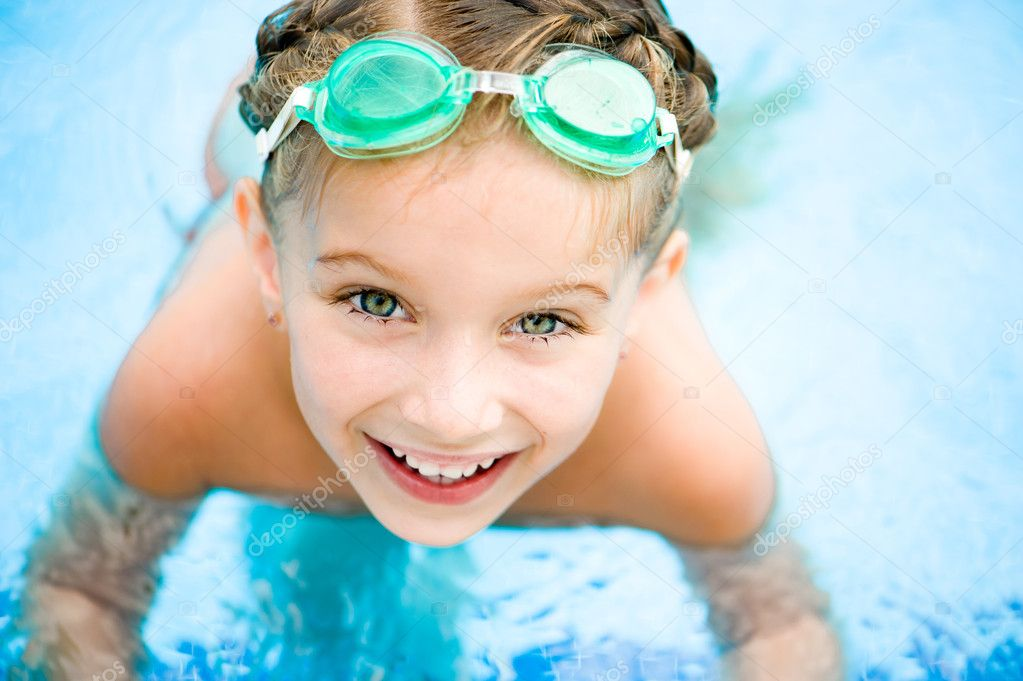 Little girl in swimming pool stock photo tan4ikk 12177550 for Piscine quetigny